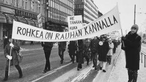 Ett demonstrationståg på Mannerheimvägen i Helsingfors, 1970-talet.