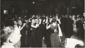 Svartvit bild på festfolk på nattklubben Fennia i slutet av 1920-talet.