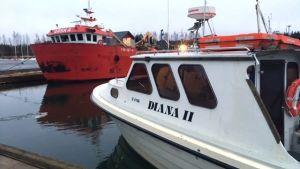 Taxibåten Diana II förtöjd vid brygga
