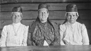 Kolme karjalaisnaista