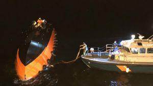 Sjöbevakningen vänder den kapsejsade båten.