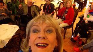Marjukka Riihimäen selfie Muistaakseni laulan -kuoron kanssa dementiakoti Wilhelmiinassa #lupavälittää #hyväteko #ylestrada