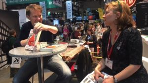 Journalisten Luke Harding uppträder på bokmässan i Helsingfors