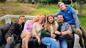 Emmi Peltonen med familj på sitt sommarställe.