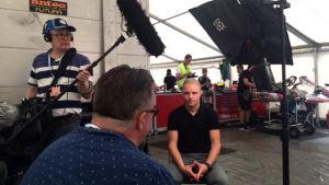 Pekka Laine haastattelee rata-autoilija Valtteri Bottasta Urheilu-Suomen kuvauksissa