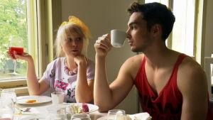 Laila ja Rami aamiaisella Rastilassa.
