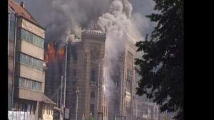 Nationalbiblioteket i Sarajevo brinner