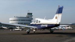 Ett litet flygplan på malms flygfält
