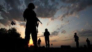 soldater ute på fält