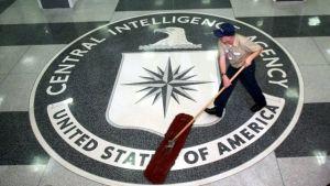 Städare sopar golvet på CIA.