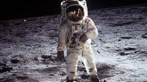 Buzz Aldrin på månen år 1969. Neil Armstrong, som fotograferar Aldrin, reflekteras i hjälmen