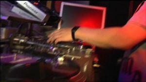 En DJ:s hand spelar LP-skiva.