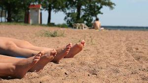 Visst är det härligt med sol och värme - men sköt om din kropp och sola med måtta. Bild: Yle/Raine Martikainen
