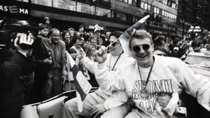 Jere Lehtinen och Ville Peltonen firar guldet 95.