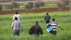 Flyktingar från Syrien på väg till Turkiet.