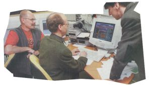 Ole Holmberg, Hans-Åke Manelius och Kjell Ekholm visar upp datorn som planerar musik på Radio Extrem.