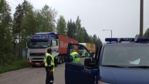 Polisen och tullen kontrollerade långtradare i Horsbäck