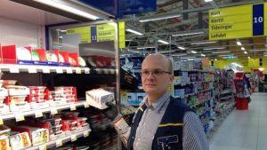 Butikschef Tomas Fagerström i S-market i Ingå.