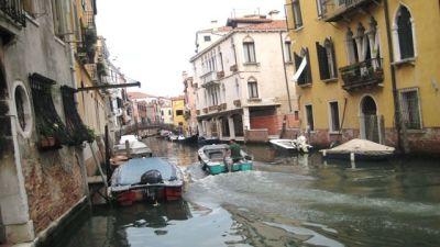 Båtar på en kanal i Venedig