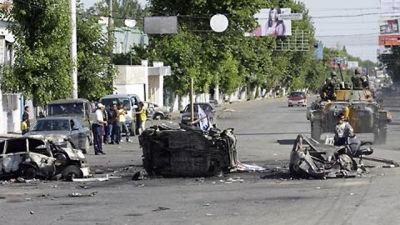 Förstörda fordon på gatorna i Jalal-Abad.