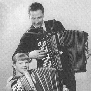 Harmonikkataiteilija, pianisti Merja Ikkelä opettajansa Lasse Pihlajamaan kanssa.