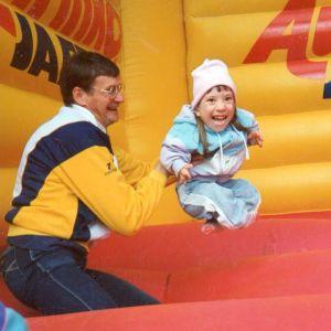 Anna Caldén hoppar i studsmattan med sin pappa