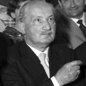Filosfoen Marin Heidegger från bröstet uppåt