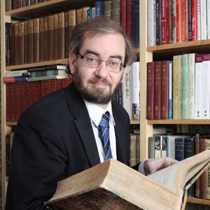 Jaakko Hämeen-Anttila kädessään arabialais-latinalainen sanakirja, joka on kiertänyt suomalaisten arabistien keskuudessa akateemisena perintökirjana.