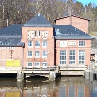 Ett vattenkraftverk i rödtegel, till höger syns en byggd fiskväg. Bildmontage.