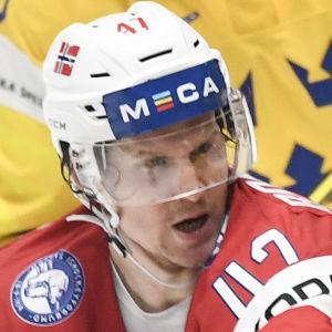 Alexander Bonsaksen i närkamp med en svensk i VM.