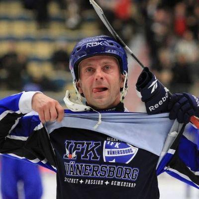 Sami Laakonen hedrar sin gamla klubb.