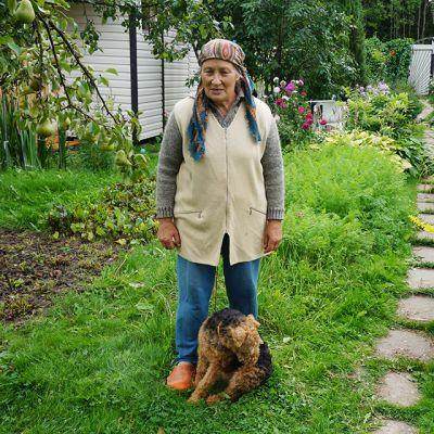 Elintarvikkeiden kallistuessa eläkeläinen Maija Primakova säästää ruokakuluissa turvautumalla puutarhansa satoon.