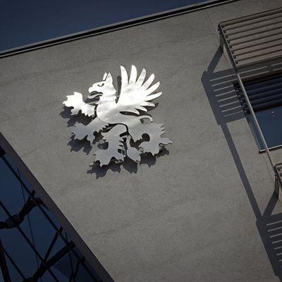 Kuvassa UPM:n logo yhtiön uuden pääkonttorin seinällä Helsingin Töölönlahdella.