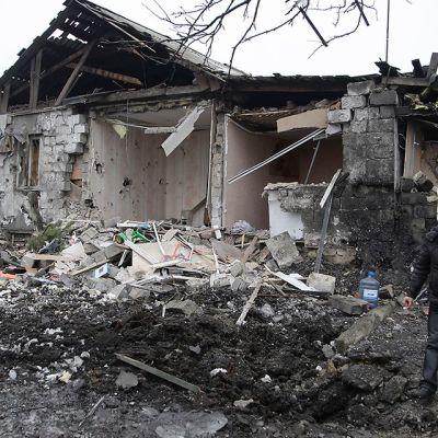 Paikallinen asukas tarkastelee kotinsa tuhoja Ukrainan Donetskissa 19. tammikuuta.