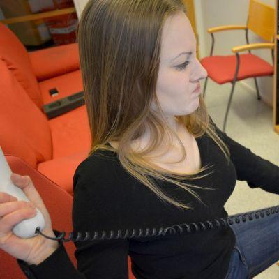 Yhdeksäsluokkalainen Olga Rönkä koki tuskan hetkiä lankapuhelimen kanssa.