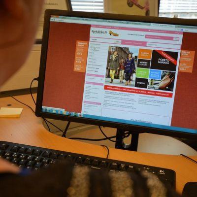 Nainen selaa verkkokaupan nettisivuja.