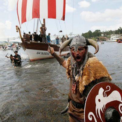 Catoiran kaupungin asukkaat näyttelivät viikinkien maihinnousua Pontevedran maakunnassa, Pohjois-Espanjassa 3. elokuuta 2014.