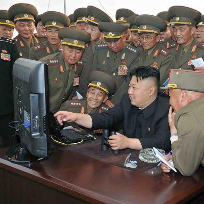 Kim Jong-un ja sotilaat tietokoneen näytön ääresä sotaharjoitusten aikaan huhtikuussa 2014.