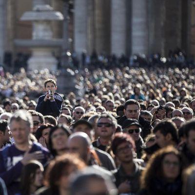 Ihmiset seurasivat paavi Franciscuksen rukousta Vatikaanissa 4. tammikuuta.