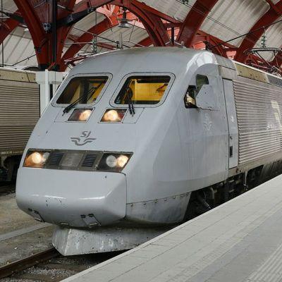 Pikajuna lähdössä Malmön asemalta.