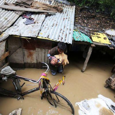Jhelum-joki on tulvinut Srinagan alueella Intian Kashmirissa.