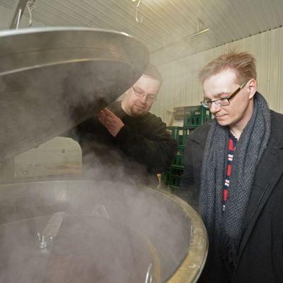 Iso-Kallan Panimon työntekijä Petri Pietikäinen ja panimomestari Pasi Pelkonen kurkkaavat vierreastiaan.