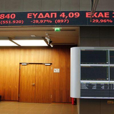 Mies Ateenan pörssissä.