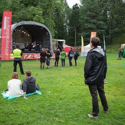 Ihmisiä kuuntelemassa Pax Rauhanfestivaalien ilmaiskonserttia Helsingin Alppipuistossa 26. heinäkuuta 2015.
