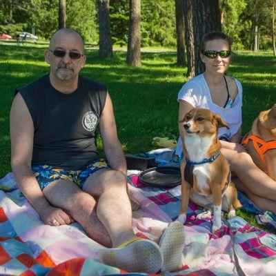Kanadasta kotoisin oleva Don nauttii kesästä Pyynikin uimarannalla.