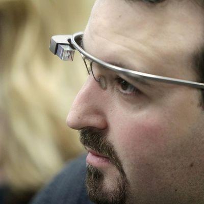 Mobiilikehittäjä Maximiliano Firtman esitteli Google Glassia Latviassa 4. marraskuuta 2013.