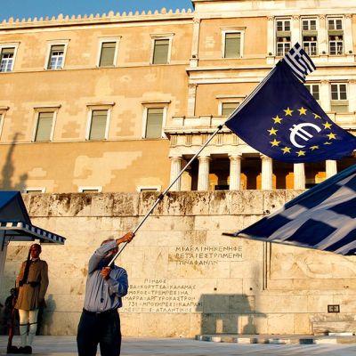 Mielenosoittajia Kreikan parlamenttitalon edesä 9. heinäkuuta.