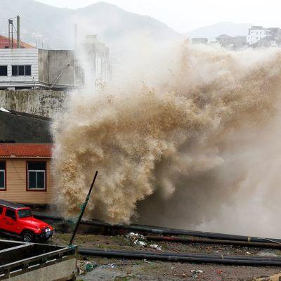 Taifuuni Chan-hom nostatti merenrannalle tyrskyjä.