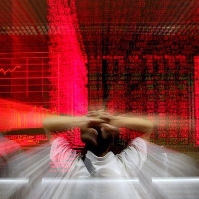 Mies katselee pörssi-infotaulua Sanghaissa.