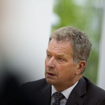 Tasavallan Presidentti Sauli Niinistö tapasi lehdistöä ennen Kultaranta-keskustelujen avausta tasavallan presidentin kesäasunnolla Kultarannassa Naantalissa 14. kesäkuuta.